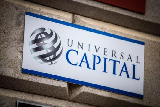 "Banner ""Universal Capital"""